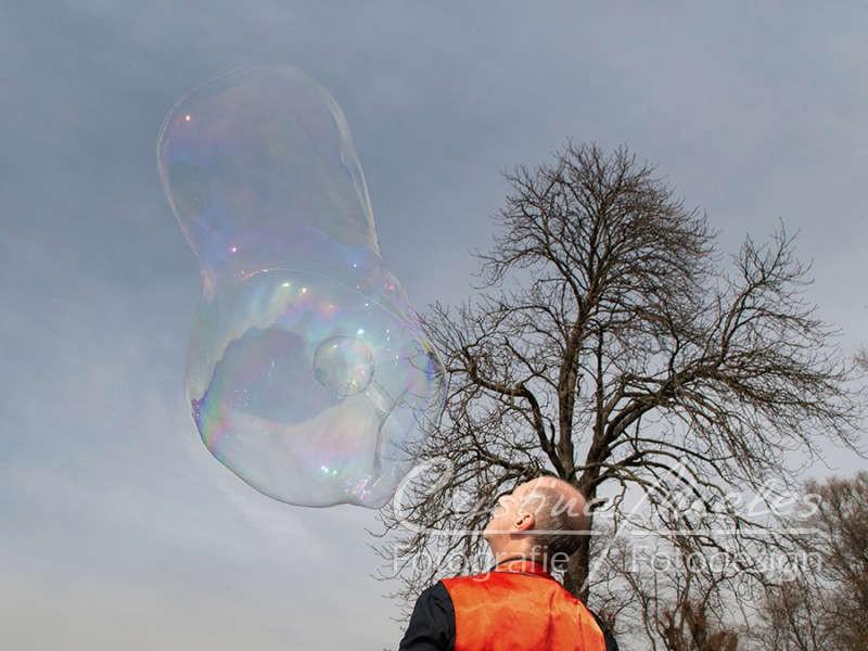 Zauberer macht eine doppelte Seifenblase