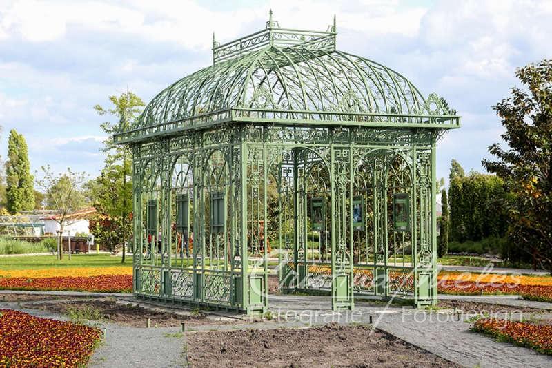 Grüner Pavillon aus Metall in den Hirschstettener Blumengärten