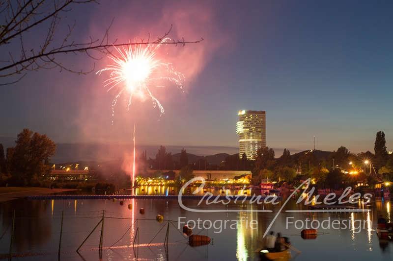 Der Floridotower und rotes Feuerwerk in Wien beim Lichterfest