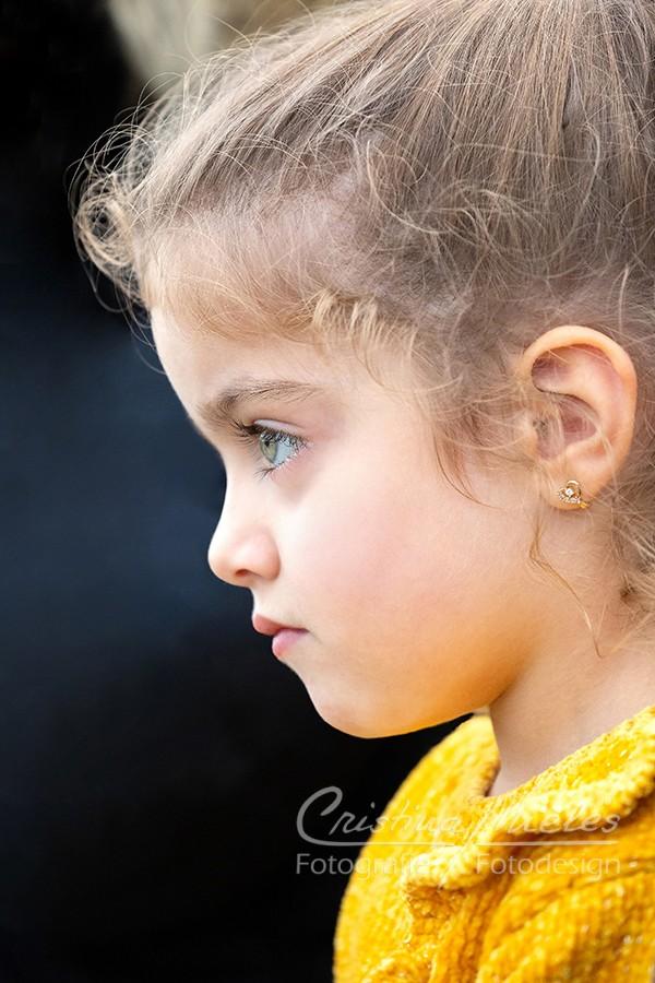 Profilbild von einem Mädchen mit großen Augen und lockigen Haaren