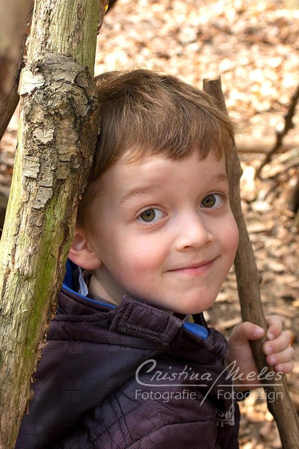 Kleiner Junge erforscht den Wald im Frühling